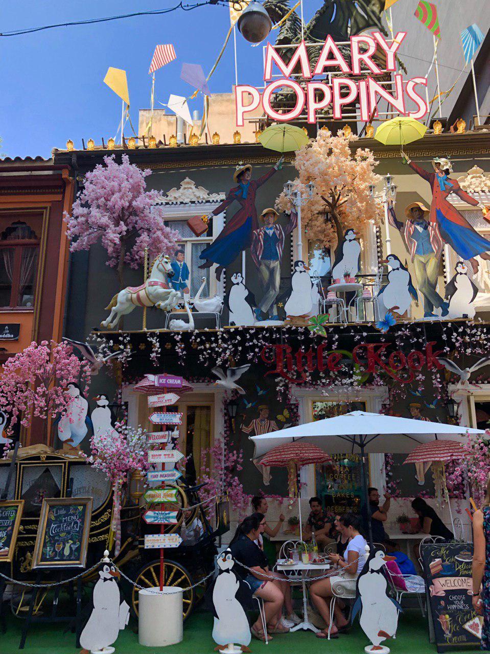 کافه محلی یونان با دکور داستان مشهور mary poppins